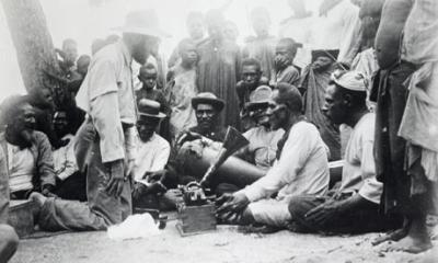 Charles Myers在录制Malo-Bomai仪式的圣歌;来自剑桥大学考古学和人类学博物馆